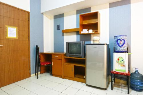 A television and/or entertainment centre at Dewi Depok Apartment Margonda Residence 2
