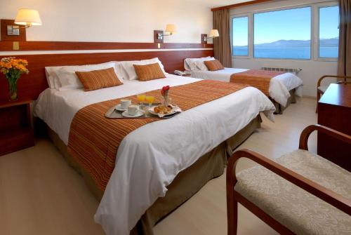 A bed or beds in a room at Hotel Tirol
