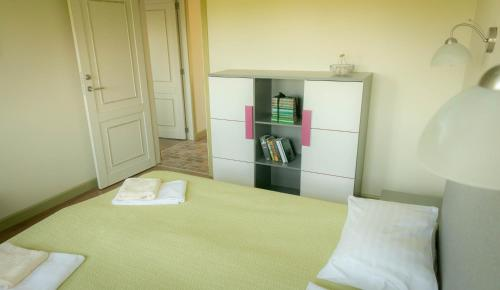 A bed or beds in a room at Gamtos Perlas