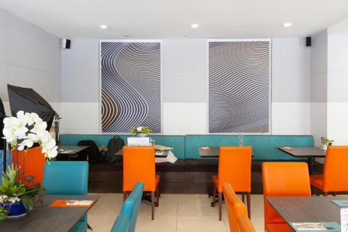 A restaurant or other place to eat at FuramaXclusive Sathorn, Bangkok