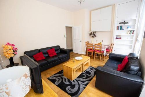 A seating area at Beautiful 2 Bedroom Apartment in Holloway, London