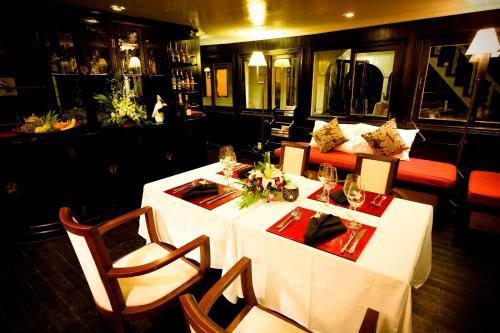 Nhà hàng/khu ăn uống khác tại Legend Halong Private Cruises - Managed by Bhaya Cruise