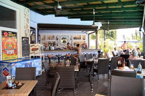 Majoituspaikan Pefkos Beach Studios & Apartments ravintola tai vastaava paikka