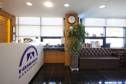 The lobby or reception area at K-Grand Hostel Dongdaemun