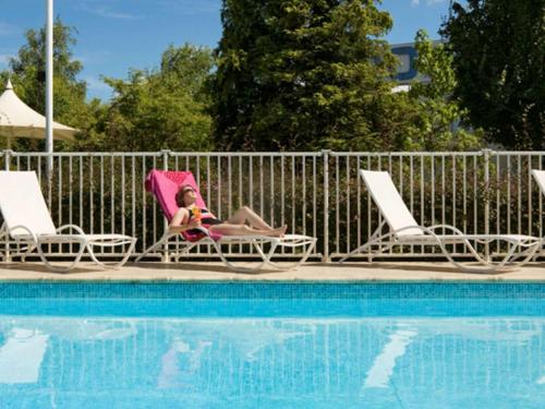 The swimming pool at or near Novotel Paris Créteil Le Lac