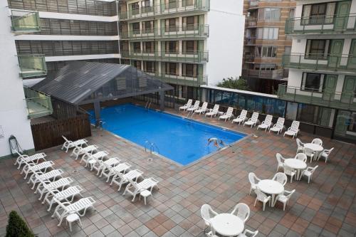 Vue sur la piscine de l'établissement Travel Inn - Midtown Manhattan ou sur une piscine à proximité