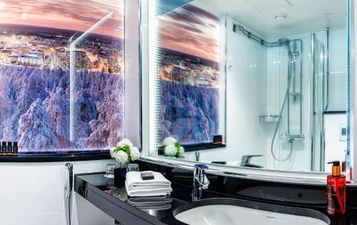A bathroom at Arctic City Hotel