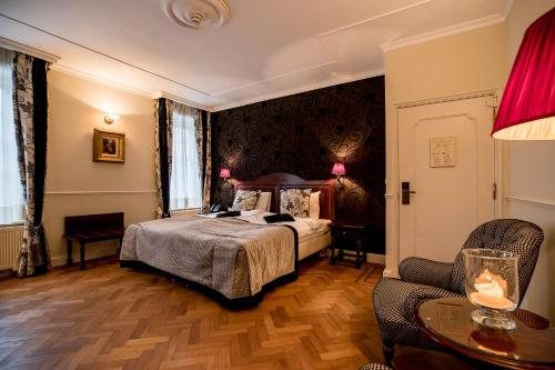 A bed or beds in a room at Kasteel de Wittenburg