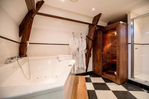A bathroom at Kasteel de Wittenburg
