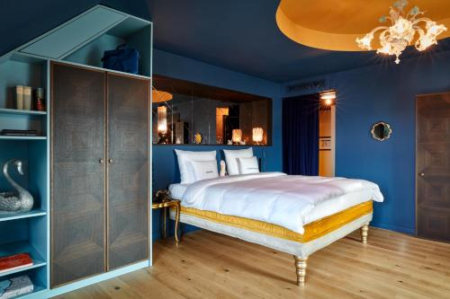 A bed or beds in a room at 25hours Hotel The Royal Bavarian