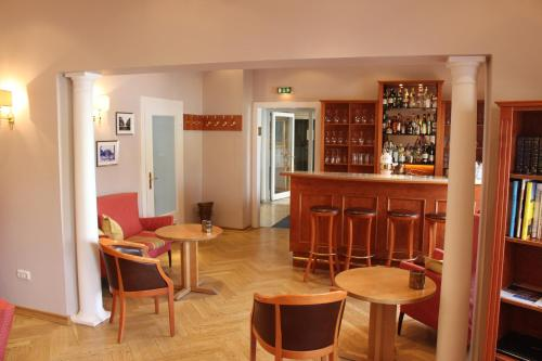 The lounge or bar area at Hotel Savoy Hannover