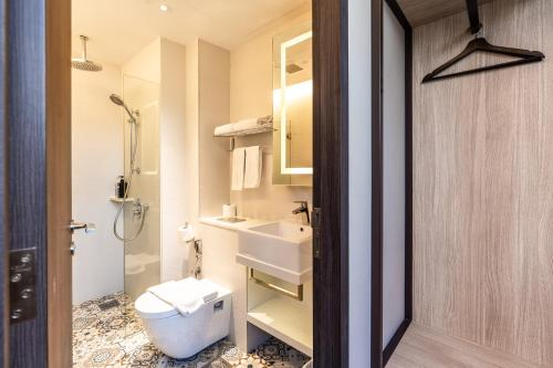 A bathroom at The Quay Hotel (SG Clean, Staycation Approved)