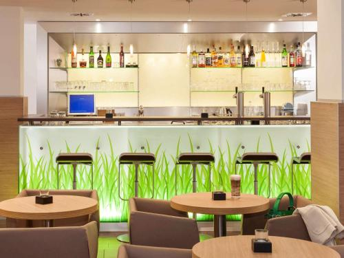 A restaurant or other place to eat at ibis Duisburg Hauptbahnhof