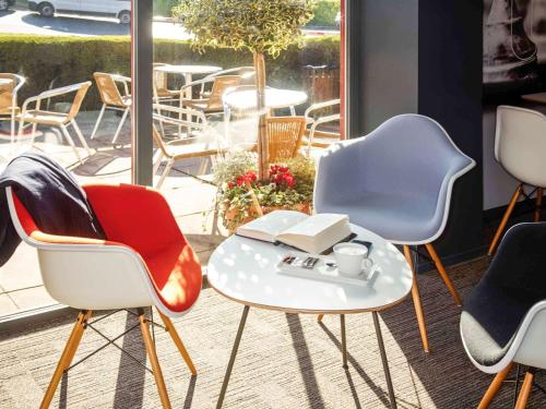 A seating area at ibis London Luton Airport