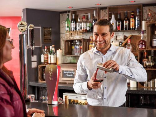 Salone o bar di ibis London Luton Airport