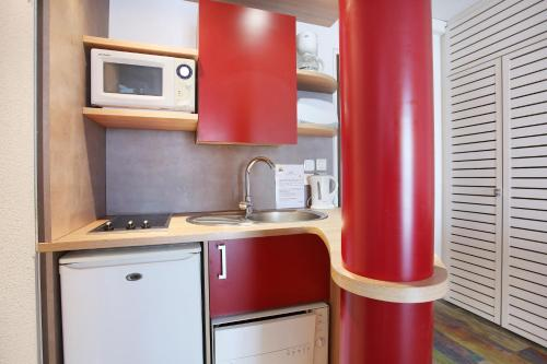 A kitchen or kitchenette at Suite-Home Orléans-Saran