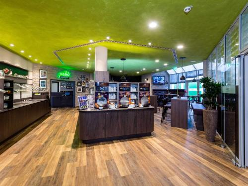 A restaurant or other place to eat at ibis Styles Stuttgart