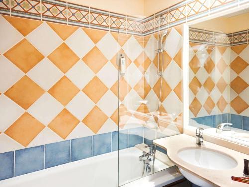 A bathroom at Ibis Styles Arles Palais des Congrès