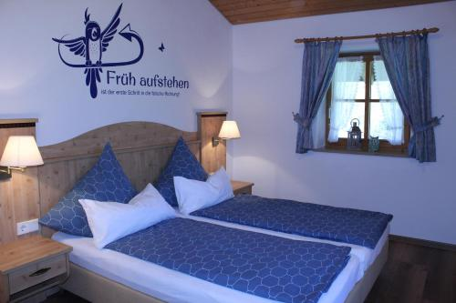 A bed or beds in a room at Ferienwohnung Lenz