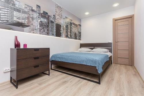 A bed or beds in a room at Metro Krasny Prospekt Apartment