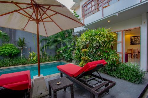 Der Swimmingpool an oder in der Nähe von Asoka Hotel & Suite