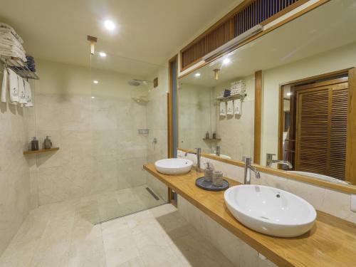 A bathroom at Komodo Resort