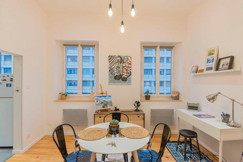 A restaurant or other place to eat at Design and Air Conditioned Apartment