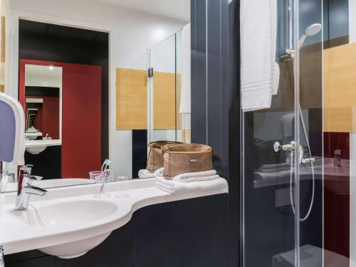 A bathroom at ibis budget Oostende Airport