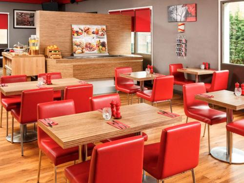 A restaurant or other place to eat at ibis Birmingham Centre Irving Street