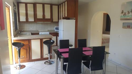 """A cozinha ou cozinha compacta de """"Hanikea"""" Quiet & Pool Home"""