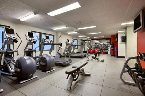 Фитнес-центр и/или тренажеры в Embassy Suites by Hilton - Montreal