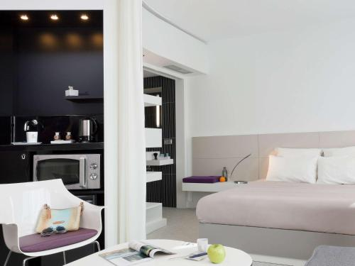 A bed or beds in a room at Novotel Suites Malaga Centro
