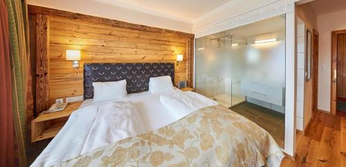 A bed or beds in a room at Landhaus Ramsau