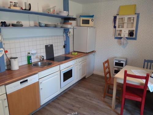 A kitchen or kitchenette at Zum Storchennest