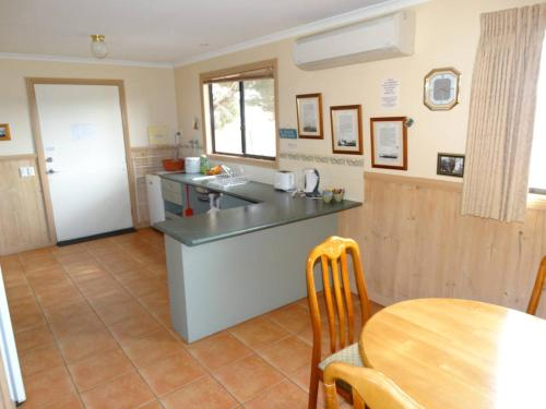 A kitchen or kitchenette at Ripples n Tonic Farmstay