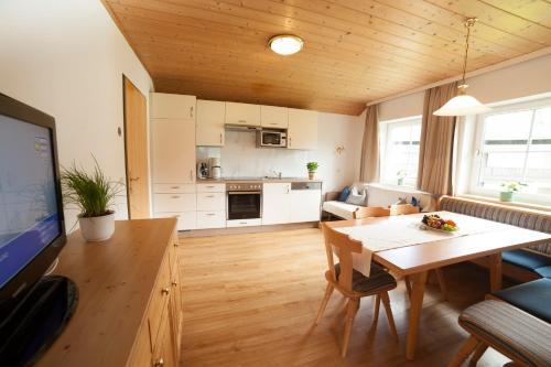 A kitchen or kitchenette at Urlaubsland Sonnfeld
