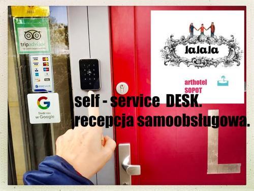 Lalalaに飾ってある許可証、賞状、看板またはその他の書類