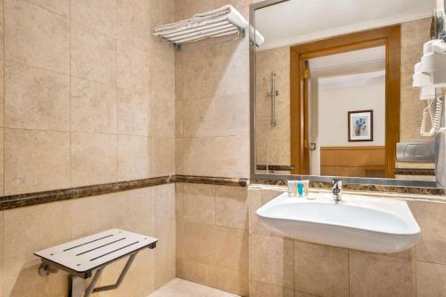 A bathroom at Al Qibla Hotel
