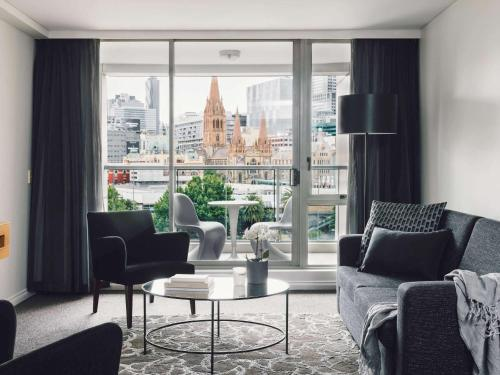 A seating area at Quay West Suites Melbourne