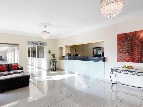 The lobby or reception area at Mercure Wagga Wagga