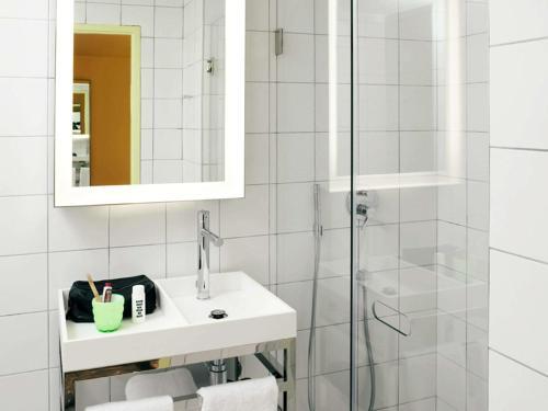A bathroom at Mama Shelter Lyon