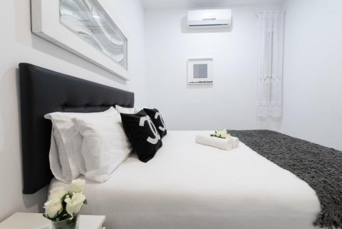 A bed or beds in a room at Apartamento Puerta del sol 6PAX plaza mayor Gran Via centro