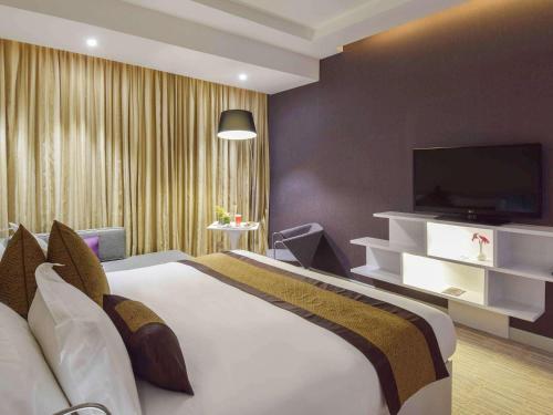 Cama ou camas em um quarto em Novotel Suites Riyadh Dyar