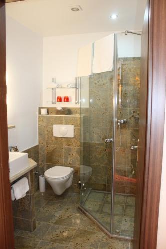 Ein Badezimmer in der Unterkunft Hotel Al Faro Lodge am See