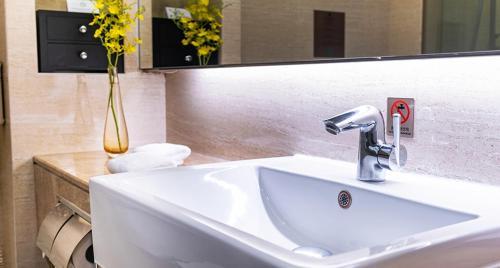 A bathroom at Millennium Harbourview Hotel Xiamen