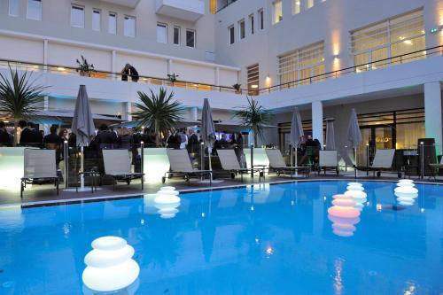 The swimming pool at or close to Novotel Avignon Centre