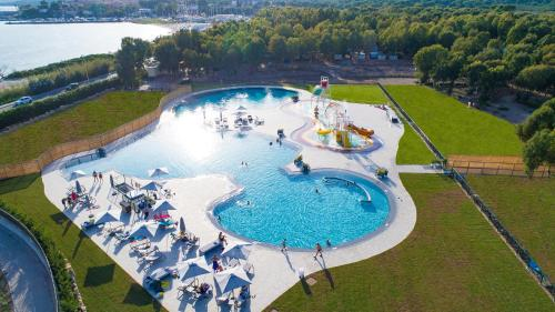 Vista sulla piscina di Camping Village Laguna Blu o su una piscina nei dintorni