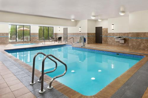 The swimming pool at or near Hilton Garden Inn South Bend