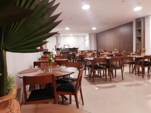A restaurant or other place to eat at Orla Morena Park Hotel