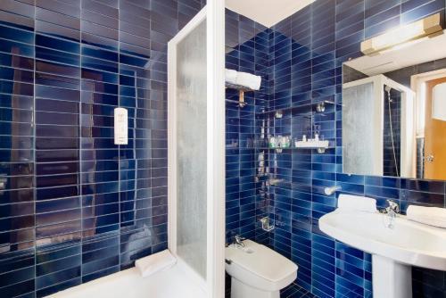 A bathroom at La Santa María